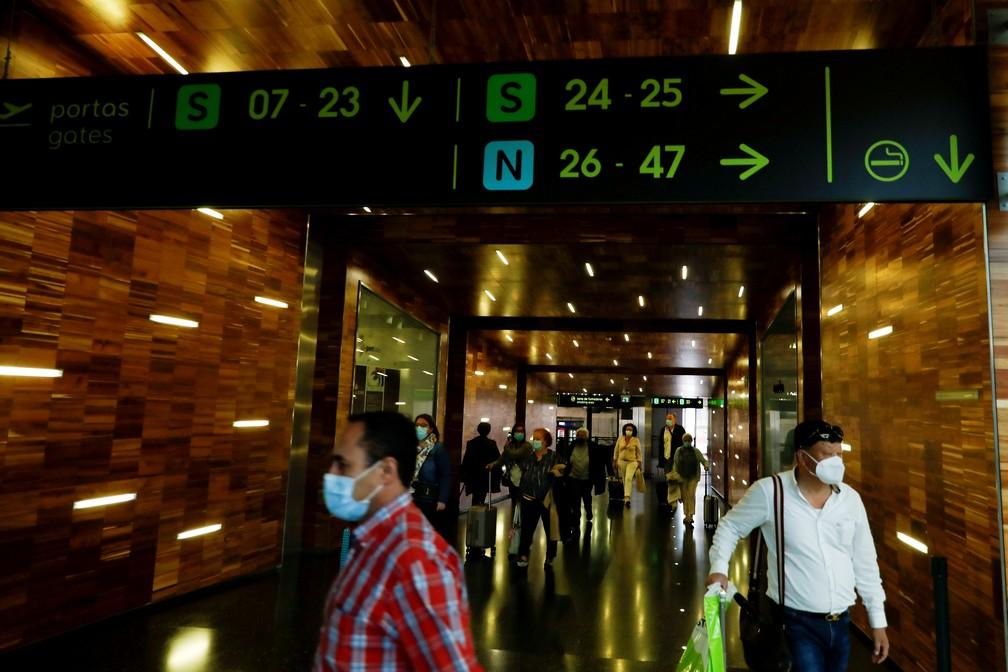 Pessoas usam máscara no desembarque do aeroporto internacional de Lisboa em foto de 15 de junho de 2020 — Foto: Rafael Marchante/Reuters/Arquivo