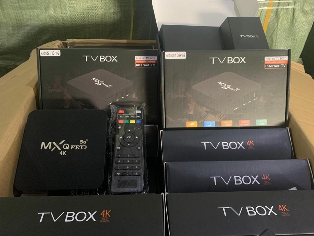 Decodificadores que, com software pirata, captam ilegalmente sinal de TV por assinatura e de filmes, e transformam aparelhos de TV comum em Smart TV  — Foto: Divulgação/Polícia Civil