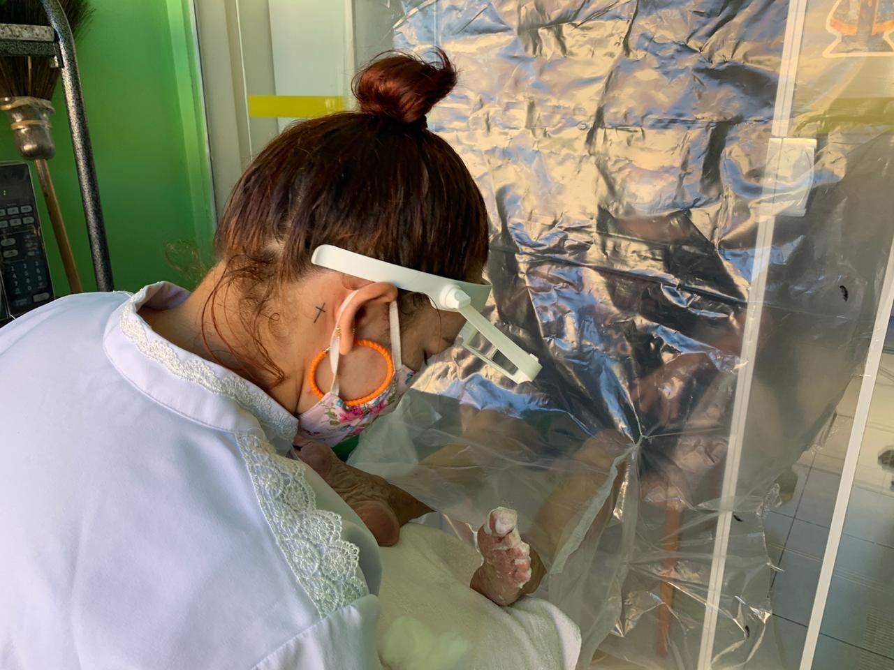 Dentista cria 'escudo de lona' para avó de 85 anos receber atendimento da podóloga no Acre