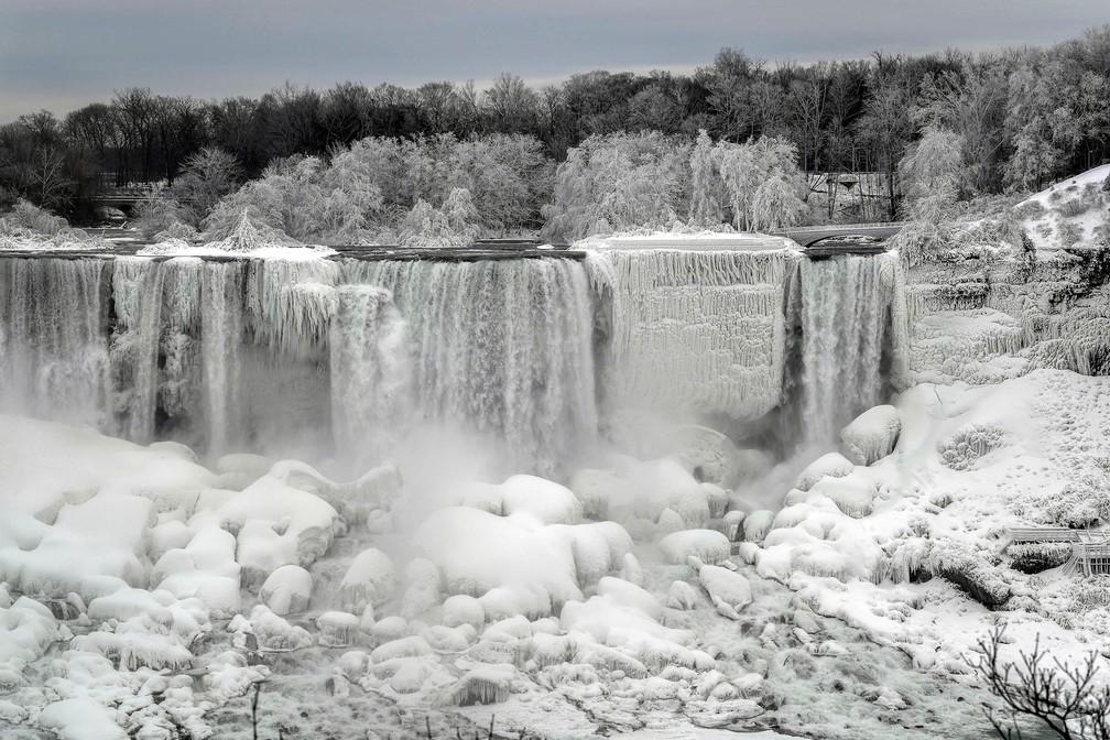Cataratas do Niágara ficam parcialmente congeladas no lado americano em Niagara Falls, no estado de Nova York, observadas desde o lado canadense em Ontario — Foto: Moe Doiron/Reuters