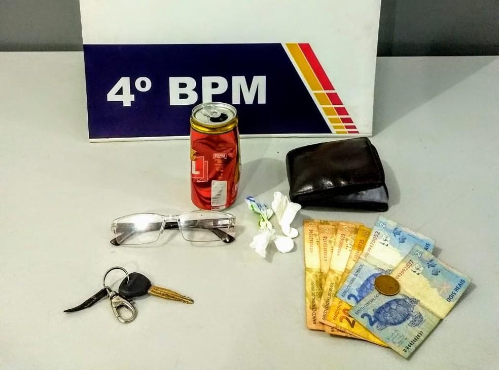 Polícia apreendeu drogas e dinheiro com Hilton (Foto: PM/Divulgação)