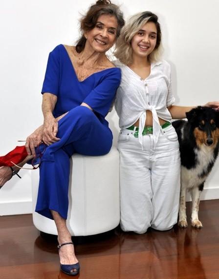 Betty Faria, a neta, Giulia, e a cachorrinha, Madalena (Foto: Cristina Granato)