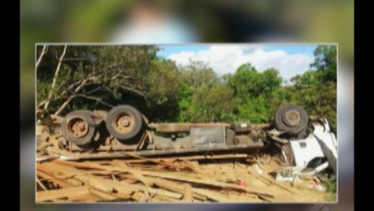 Caminhão tomba na BR-230 no Pará e duas pessoas morrem