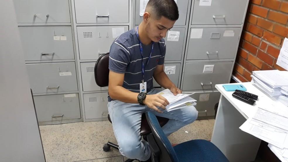 Como jovem aprendiz, Guilherme faz um curso do arco administrativo, para complementar as atividades exercidas no estabelecimento em que trabalha (Foto: Guilherme de Souza/Arquivo pessoal)
