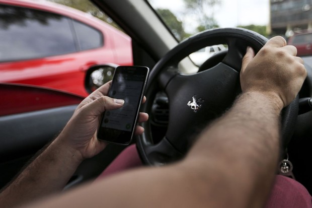 """Abrir o Facebook à velocidade de 50 km/h equivale a deixar o carro """"dirigir sozinho"""" por uma extensão equivalente a 12 veículos populares enfileirados. (Foto: Marcelo Camargo/Agência Brasil)"""