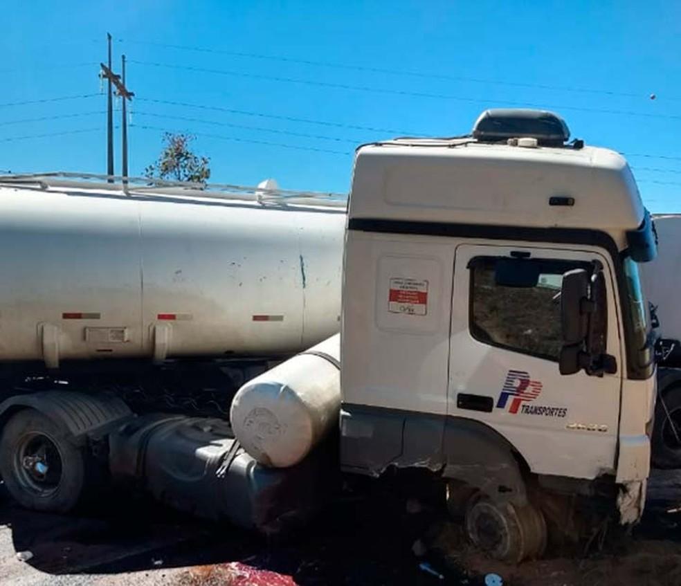 Caminhão envolvido na batida com o carro de passeio na BR-242, no oeste da Bahia, perdeu um dos pneus dianteiros (Foto: Divulgação/Site Gazetas)