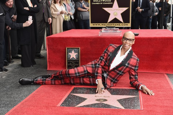 A drag queen RuPaul na inauguração de sua estrela na Calçada da Fama (Foto: Getty Images)