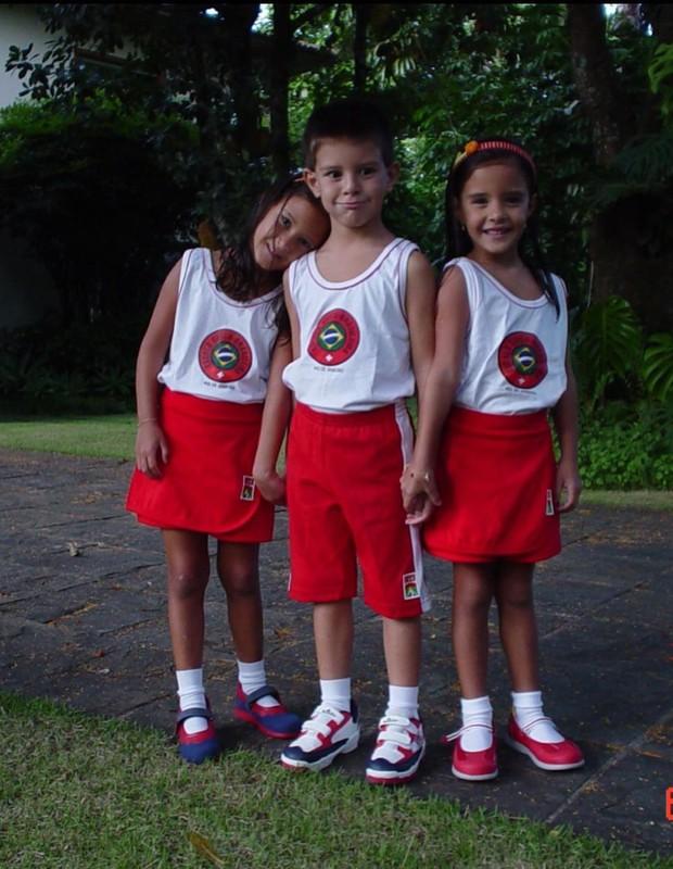 Os trigêmeos Beatriz, Vinicius e Laura quando eram crianças e estudavam em escola bilíngue  (Foto: Reprodução/Instagram)