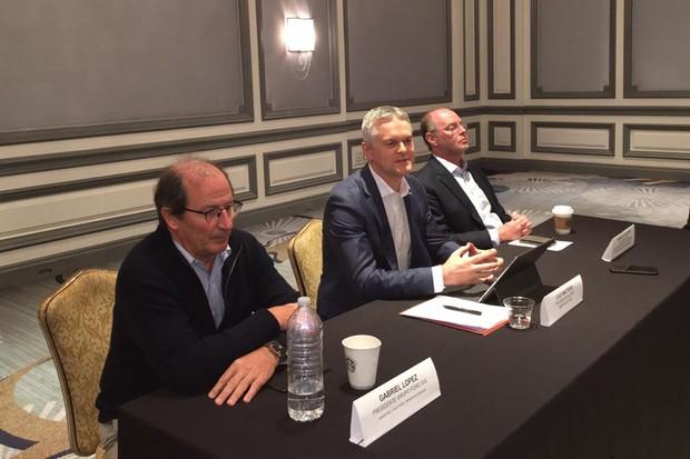 Os executivos Gabriel López, Lyle Watters e Rogelio Golfarb falaram da aliança por parte da Ford  (Foto: Marcus Vinicius Gasques/ Autoesporte)