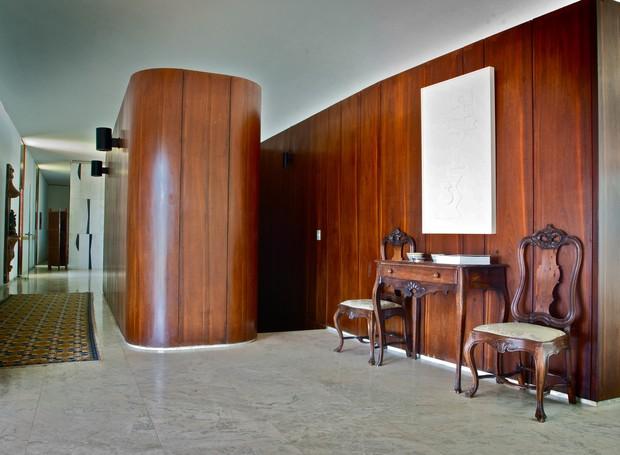 O andar principal tem escada interna e lavabo com paredes divisórias revestidas em painéis de madeira maciça (Foto: Ichiro Guerra/Reprodução)