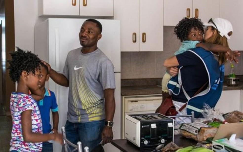 A ex-modelo com uma família de refuguados do Congo  (Foto: Andreane Williams/Divulgação)