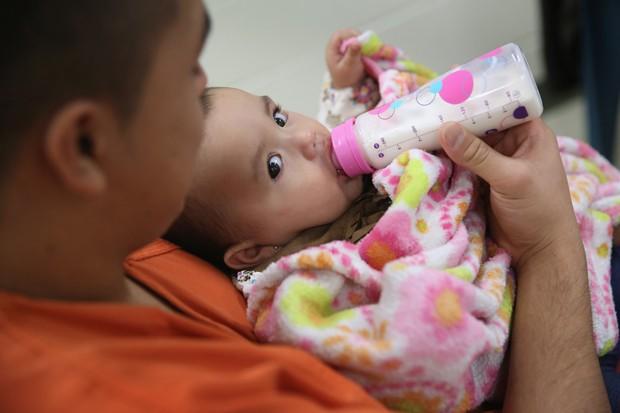 Mãe dá de mamar para sua filha em um centro de detenção em Adelanto, California. Outros 1.100 imigrantes como ela esperam nestes centros a decisão de seus casos junto com a justiça ou a confirmação da deportação  (Foto: Getty Images)