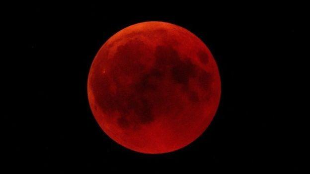 A lua de sangue vista em Hechingen, no sul da Alemanha (Foto: GETTY IMAGES via BBC)