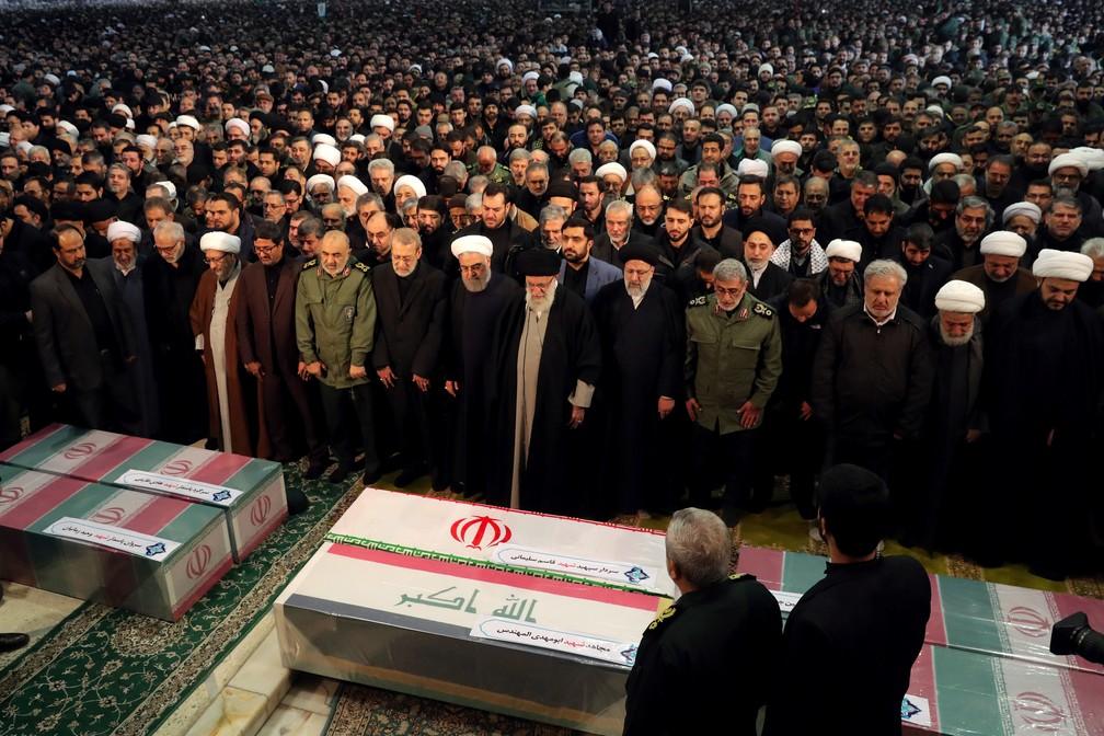 Aiatolá Ali Khamenei (ao centro) participa de funeral de Qassem Soleimani em Teerã — Foto: Site oficial de Ali Khamenei/Reuters