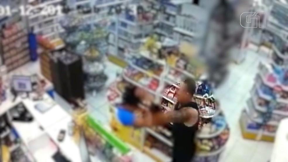 Nas imagens, o policial discute com uma mulher, que é puxada pelos cabelos e pela roupa — Foto: Reprodução