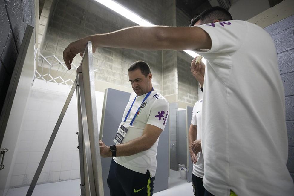 André Jardine, técnico da seleção sub-23, no vestiário antes do jogo contra o Uruguai — Foto: Lucas Figueiredo / CBF