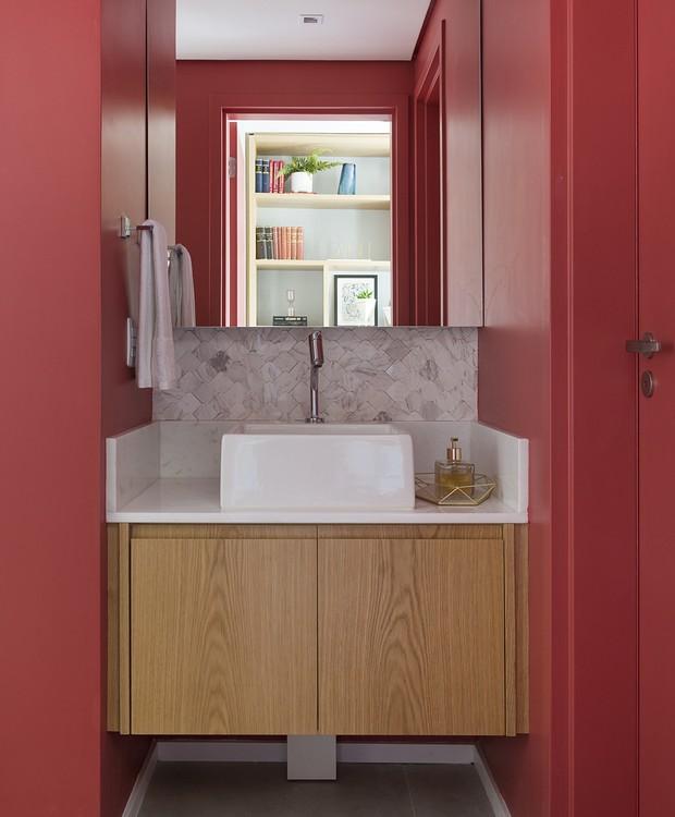 O ponto mais colorido da casa fica no lavabo, que aproveita toda a força do vermelho  (Foto: Manu Oristânio/Divulgação )