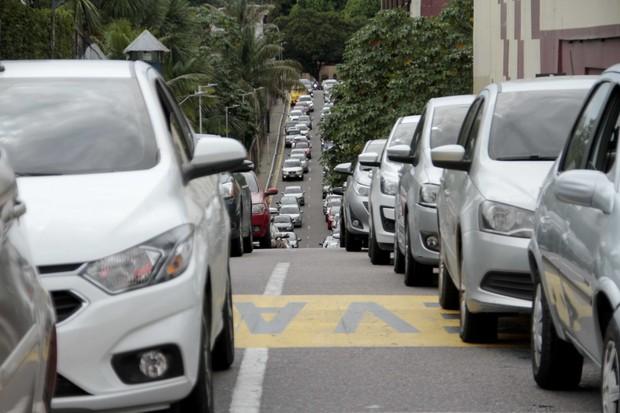 Campanha de vacinação contra a gripe por drive-thru faz fila em Manaus (Foto: Altemar Alcantara/Semcom/Fotos públicas)