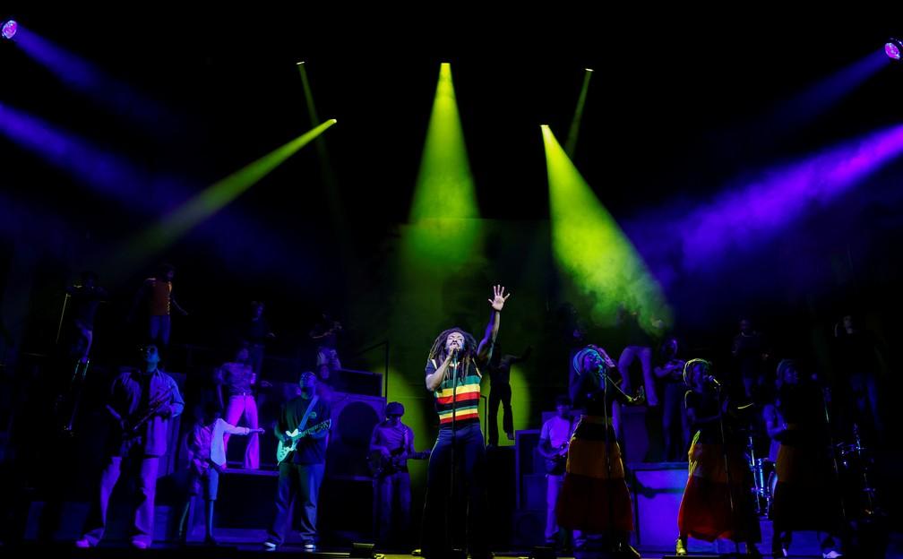 Arinze Kene interpreta Bob Marley em 'Get Up, Stand Up! The Bob Marley Musical' em Londres — Foto: John Sibley/Reuters