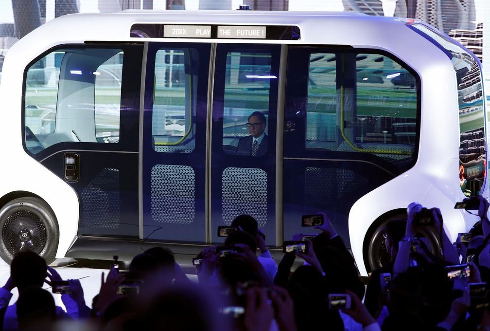 Presidente da Toyota, Akio Toyoda, chega para apresentação em micro-ônibus autônomo que a marca está desenvolvendo, o e-Palette — Foto: Edgar Su/Reuters