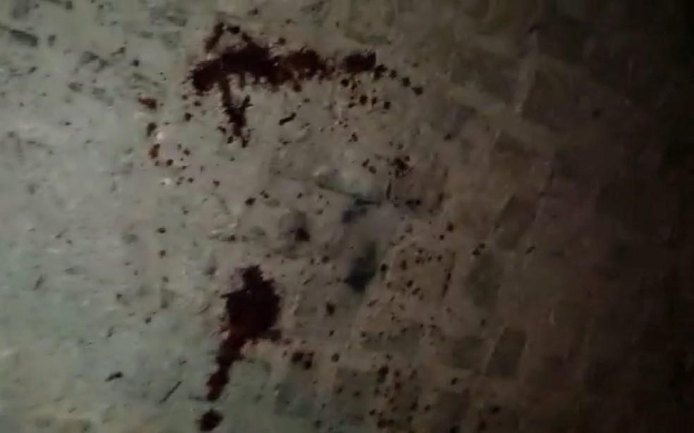 Marcas de sangue ficaram no chão da rua em Encanto, na região Oeste potiguar — Foto: Reprodução