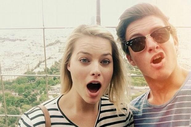 Margot Robbie e o irmão Cameron Robbie (Foto: Reprodução)