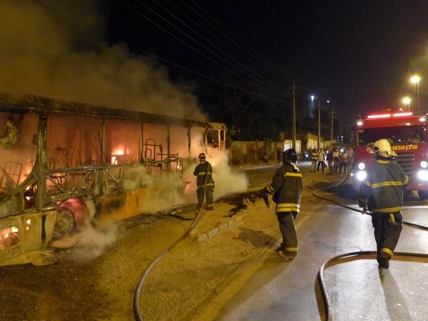 Corpo de Bombeiros apaga chamas em ônibus. (Foto: César Hipólito/TV Mirante)