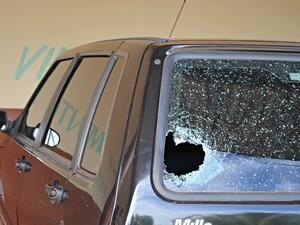 Na unidade prisional, um dos tiros atingiu um carro administrativo. (Foto: Aline Lopes/ G1)