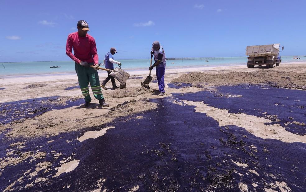 Equipes trabalham para retirar manchas de óleo da praia de Maragogi, em Alagoas — Foto: Carlos Ezequiel Vannoni/Agência Pixel Press/Estadão Conteúdo