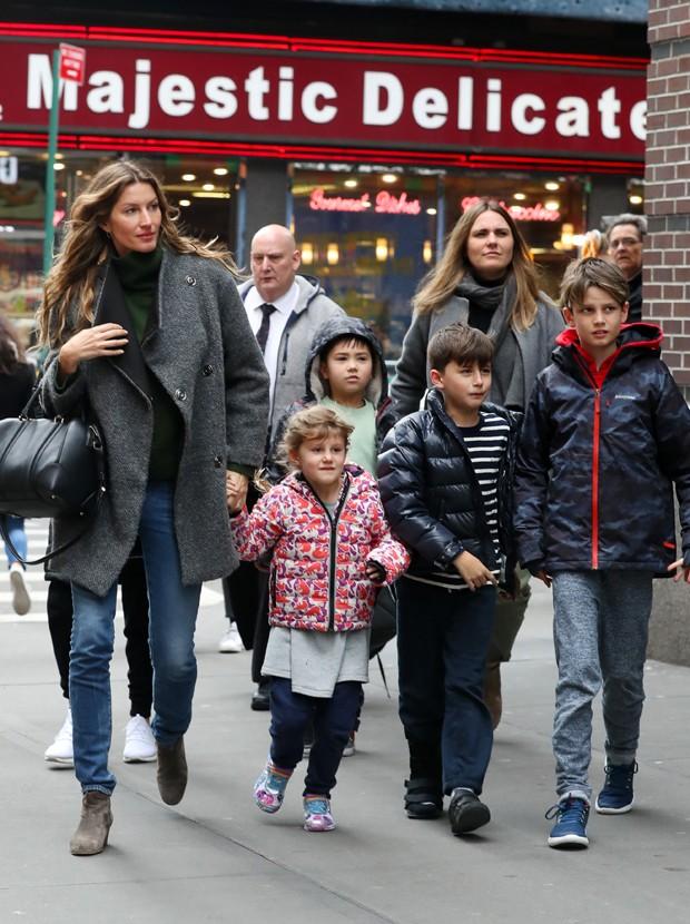 Gisele Bündchen passeia com os filhos pelas ruas de Nova York (Foto: Grosby Group)