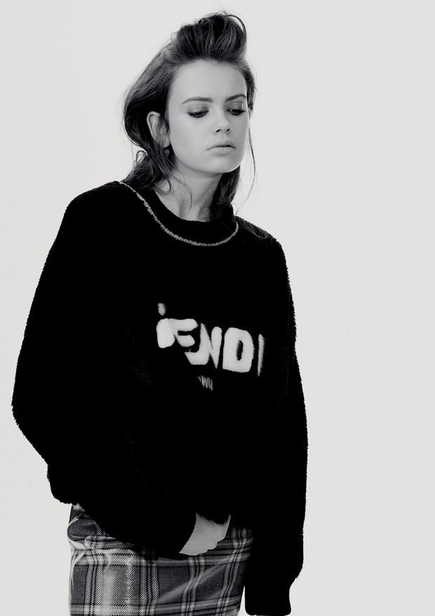 Priscila Kuerten usa tricô e saia, ambos Fendi. Brincos, R$ 1.850, Christian Dior. (Foto: Hick Duarte)