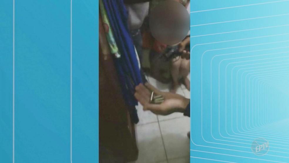 Ladrões mostram que revólveres estão descarregados durante assalto em Ribeirão Preto (Foto: Reprodução/EPTV)