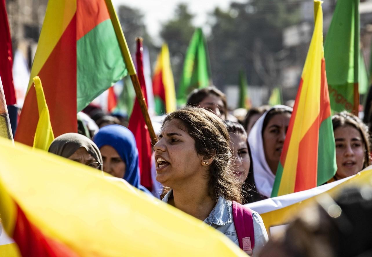 Mulheres curdas carregam bandeiras em protesto às ameaças do governo da Turquia