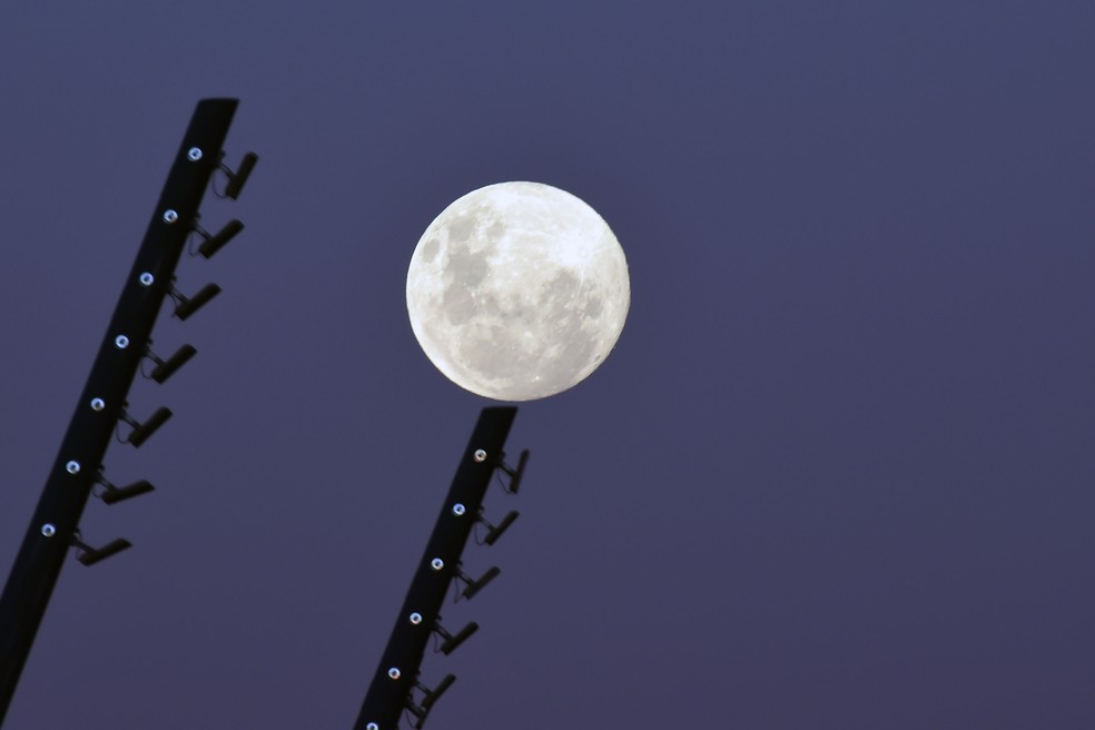 Vista da lua quase cheia a partir da zona Sul de Porto Alegre (RS) , no início da noite desta terça-feira (25). — Foto: WESLEY SANTOS/ESTADÃO CONTEÚDO