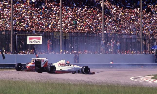 A Arrows (10) de Eddie Cheever e a Zakspeed, de Bernd Schneider, se chocam e param fora da pista do Autódromo de Jacarepaguá