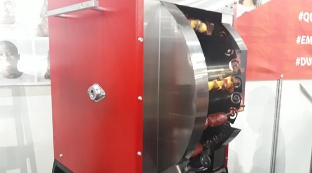 Lançamento da Rimac, a máquina chamada de churras 360 assa espetos de carne, frango, linguiça e vegetais (Foto: Sabrina Bezerra)