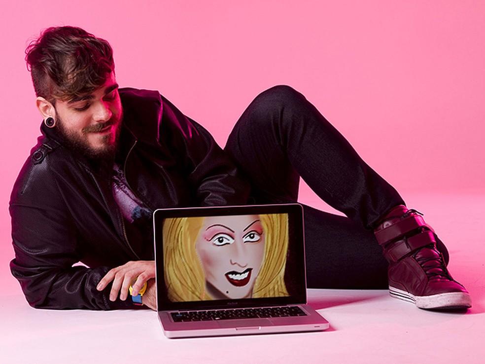 Criador e criatura: Daniel Carvalho ao lado de Katylene, travesti de Xerém que ele inventou na web — Foto: Lucas Fonseca/MTV
