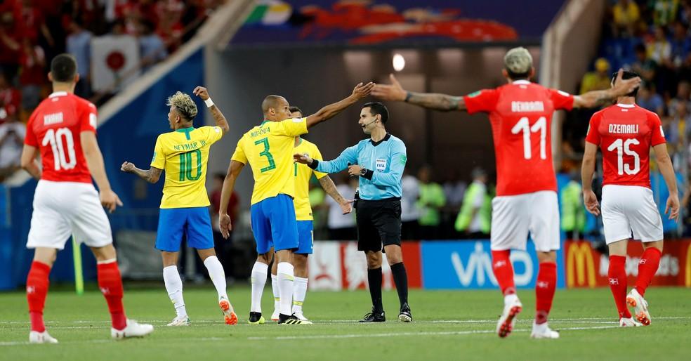 Jogadores do Brasil reclamam com o árbitro na partida contra a Suíça (Foto: REUTERS/Darren Staples)