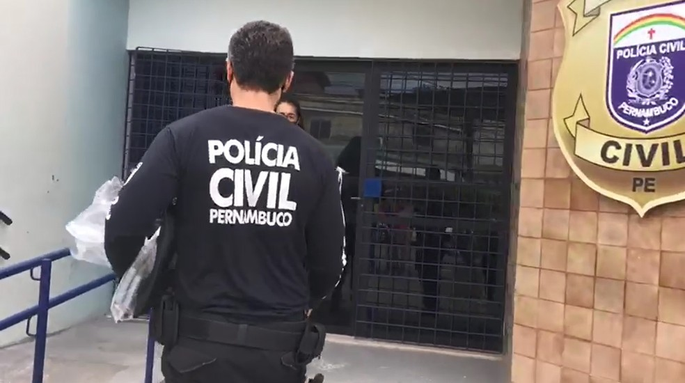 Policial leva materiais apreendidos na Operação Coalizão à sede do Draco, na Zona Oeste do Recife — Foto: Reprodução/Polícia Civil