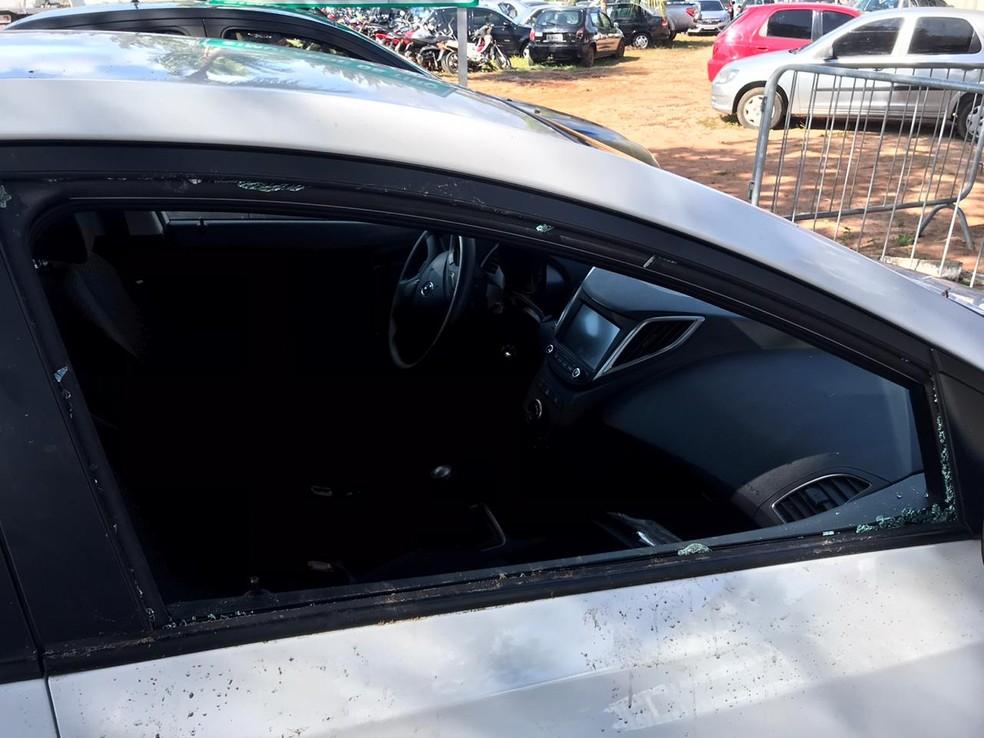 Homem quebra vidro de carro de desconhecido, entra no veículo e dorme no banco do motorista em Natal — Foto: Kleber Teixeira/Inter TV Cabugi