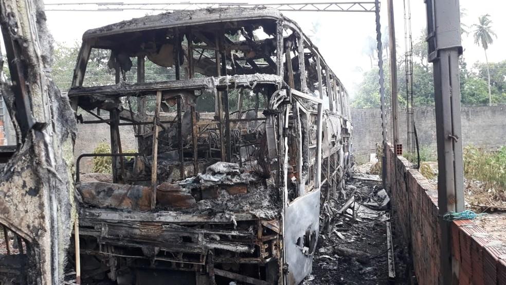 Instrumentos que estavam dentro do ônibus foram queimados — Foto: Sistema Verdes Mares