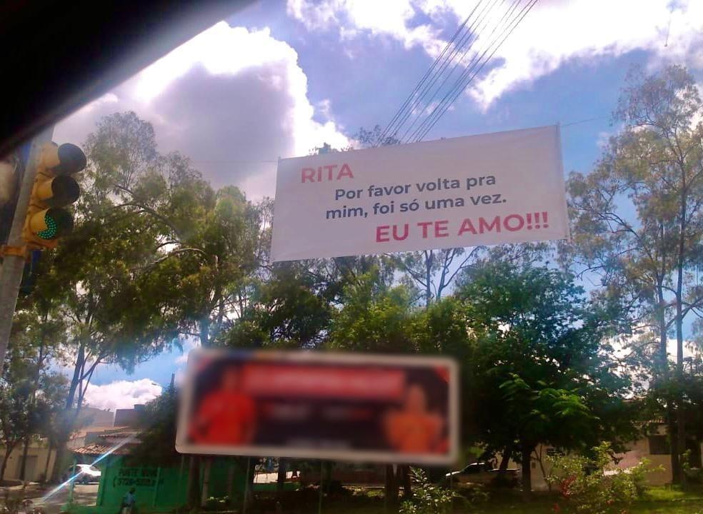 Faixa com pedido de desculpas foi colocada próximo à entrada de Belo Jardim — Foto: BJ1/Divulgação