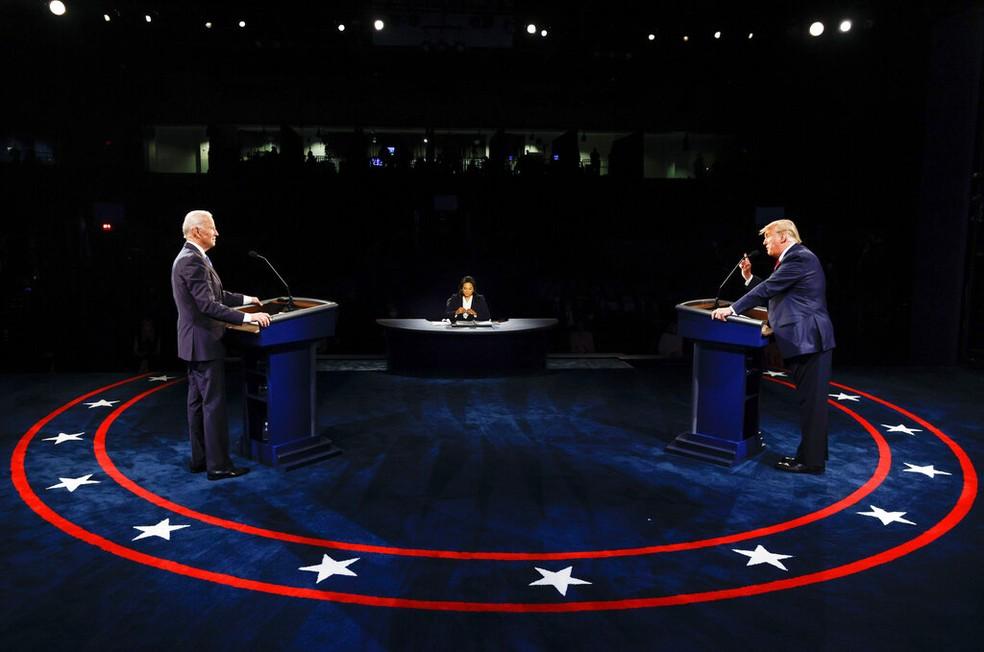 Joe Biden e Donald Trump no último debate antes da eleição nos EUA, na noite desta quinta-feira (22). — Foto: Jim Bourg/Pool via AP