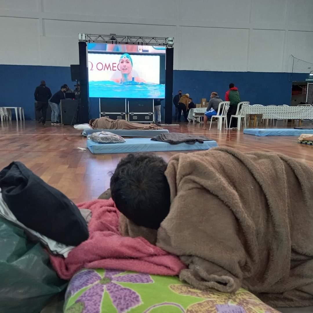 Moradores de rua assistem a Olimpíada de Tóquio em abrigo no litoral de SP