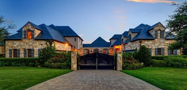 Feita inteiramente de pedra, a casa possui um estilo clássico e elegante (Foto: Christie's International Real Estate/ Reprodução)