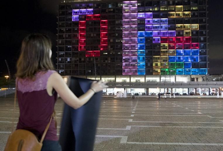 Participantes usaram dois controles enormes para realizar jogadas (Foto: Jack Guez/AFP)