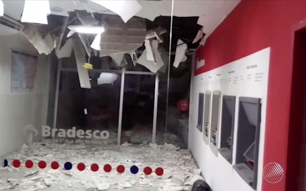 Teto de uma das agências desabou parcialmente (Foto: Reprodução/ TV Bahia)