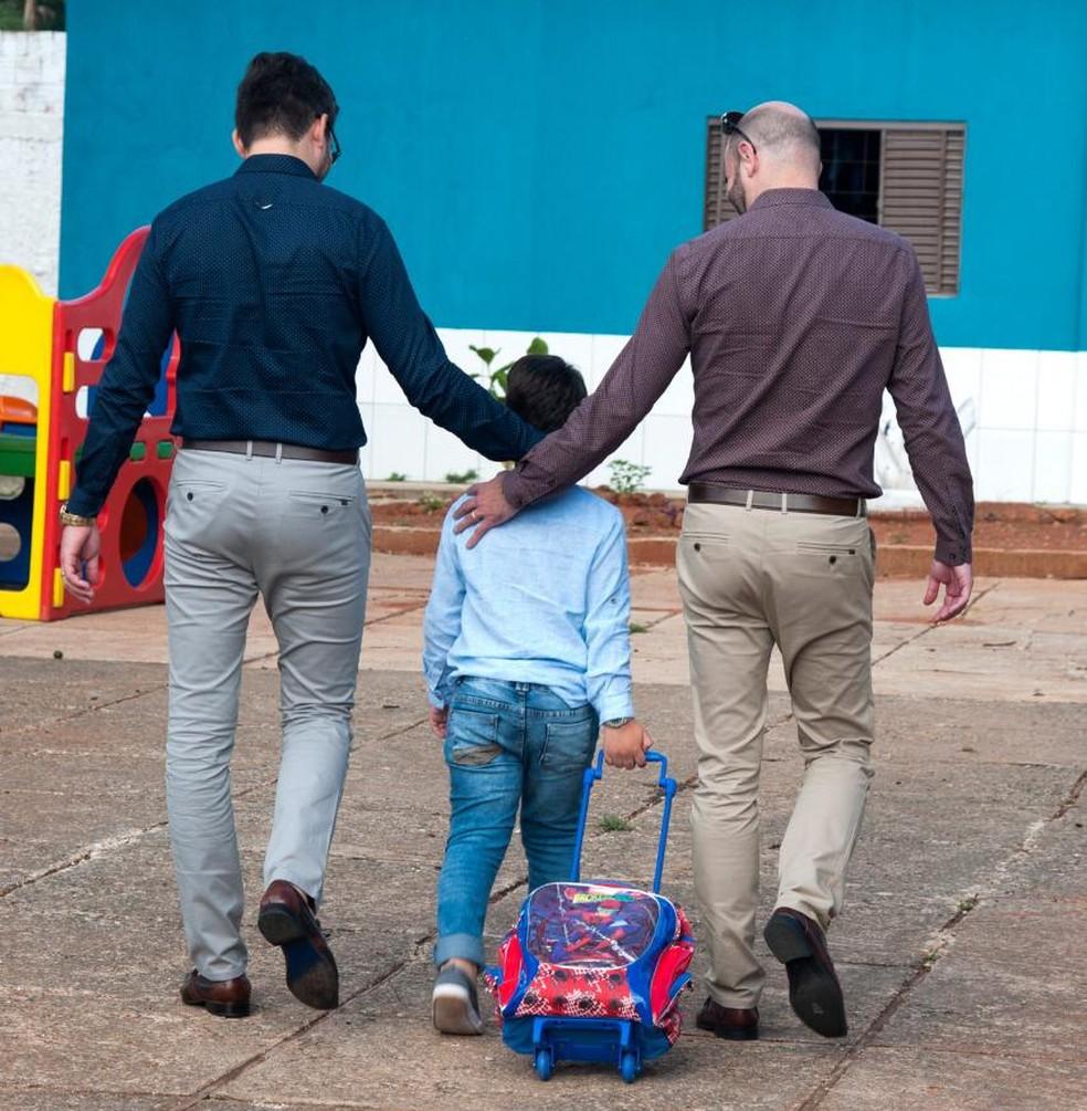 O casal Kairon Oliveira da Silva e Silvio Romero Fagundes e o filho Enzo, de 8 anos — Foto: TJ-GO/Divulgação