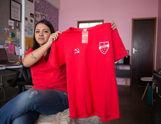 """Luísa dos Anjos criou uma versão """"soviética"""" da camisa da Seleção Brasileira. A designer mineira vendeu mais de 700 unidades e precisou contratar uma confecção para dar conta dos pedidos (Foto: EDILSON SOUSA/ AGÊNCIA O GLOBO)"""