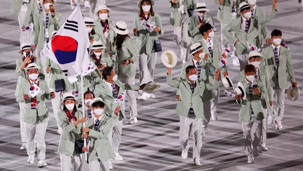 Yeon Koung Kim e Sunwoo Hwang levam a bandeira da Coreia do Sul durante a cerimônia de abertura dos Jogos Olímpicos de Tóquio, no Japão — Foto: Mike Blake/Reuters